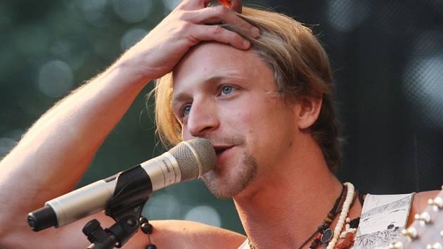 Písničkář Tomáš Klus zahraje v létě 2015 na festivalu Hrady CZ a na konci srpna v Třeboni.