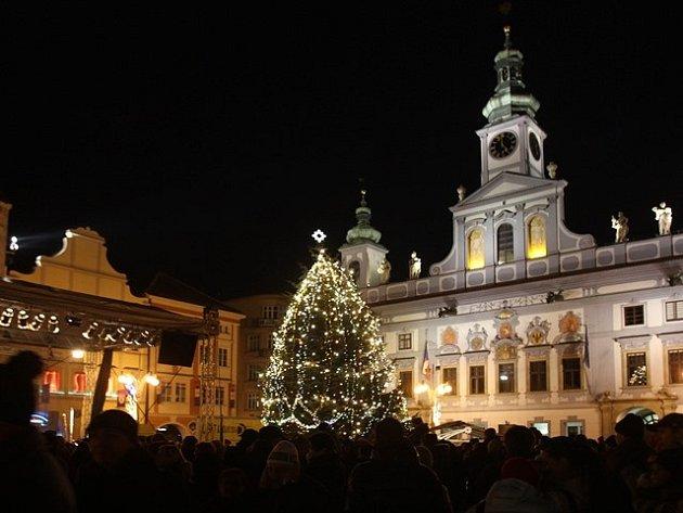 Vánoční strom na českobudějovickém náměstí v roce 2012.