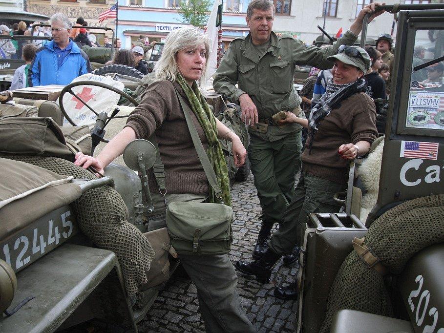 Kolona amerických vojenských vozidel z plzeňského Military Car Clubu.