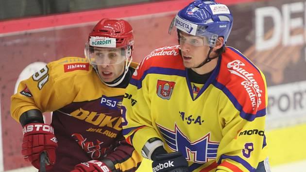 Roman Vráblík (vpravo) v souboji s jihlavským Tomášem Čachotským.