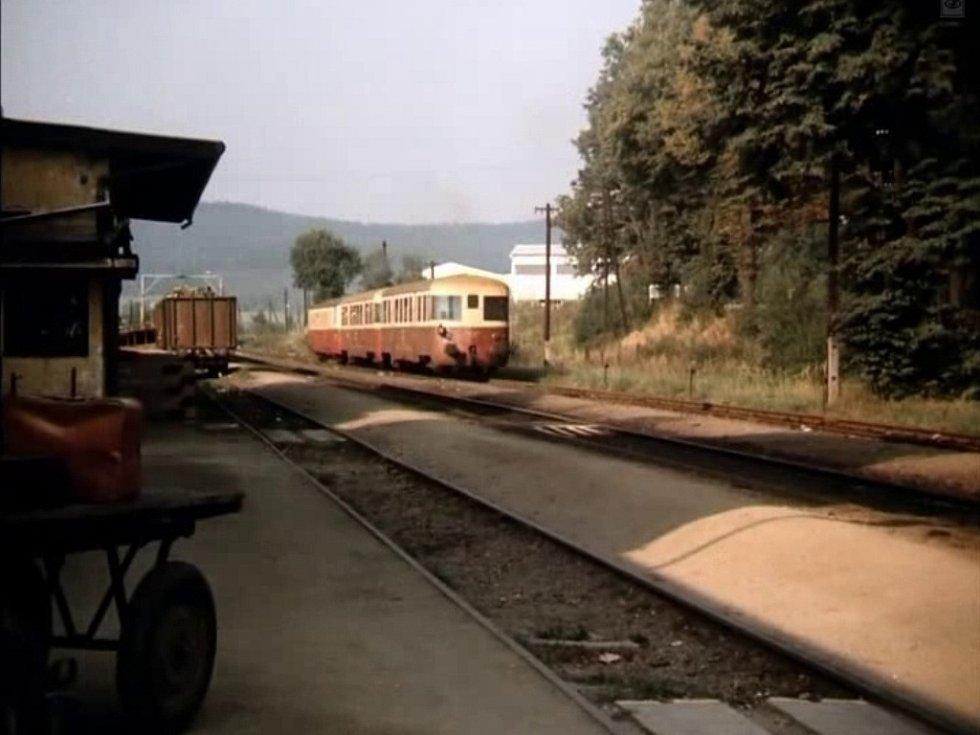 Podle všeho vlak zřejmě jede na Putim a Protivín, pokud se skutečně jedná o písecké nádraží. Písečáky mate bílá budova vpravo za soupravou.
