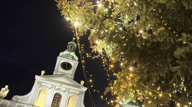 V sobotu v podvečer se rozsvítil Vánoční strom na českobudějovickém náměstí a adventem ožily všechny přilehlé ulice.
