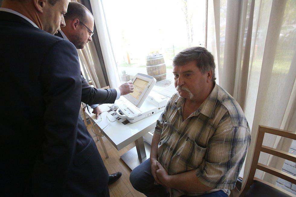 V českobudějovické nemocnici mají prvního pacienta s nejemnším defibrilátorem v těle, který hlídá nemocné srdce.