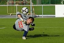 Brankář Zdeněk Křížek ve středečním třetiligovém derby mezi Pískem a béčkem Dynama (2:2) vyráží penaltu, které devět minut před koncem kopal písecký Pastyrik.