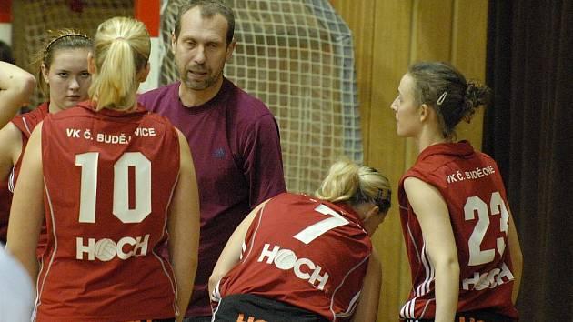 Juniorky českobudějovické Madety si s posledním týmem snadno poradily. Trenér Milan Šimonek udílí pokyny při  oddechovém čase.