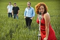 Jihočeská skupina Epy de Mye natáčí ve studiu Coolniczka druhé album. Kapela trochu přitvrdila a zároveň rozšířila sestavu (v popředí na snímku kontrabasistka Lucie Cíchová).