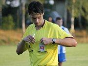 Rozhodčí nařídil proti domácím penaltu a vyloučil jim v závěru dva hráče, přesto se na něj hosté zlobili...