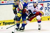 Hokejisté HC Mountfield přivezli ze Zlína velice příjemné dva body za vítězství 2:1 v prodloužení. Na snímku blokuje střelce jediného gólu domácích Balaštíka Lukáš Poživil.