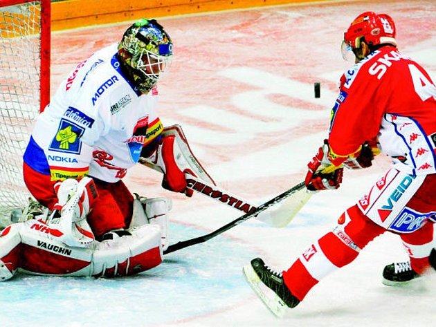 Roman Turek ve středeční extralize Slavia – Mountfield zasahuje před Hruškou.