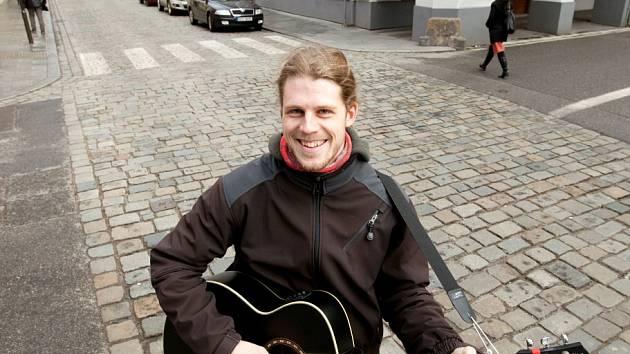 Jan Janda (25) se v Českých Budějovicích živí hraním na ulici. Své místo má v Krajinské ulici u Masných krámů. Jeho poznávacím znamením je úsměv.