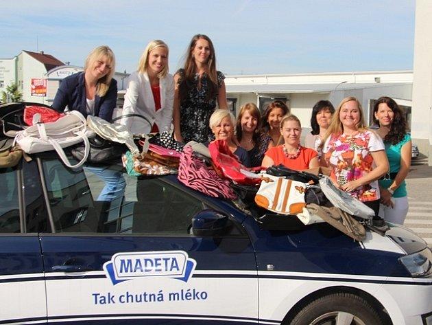 Zaměstnankyně Madety darovaly kabelky na veletrh.