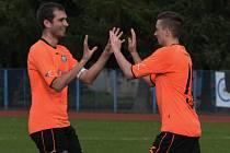 Tomáš Hajdušek a Pavel Krejsa se radují z jednoho z gólů Katovic, které zatím kralují krajskému přeboru.