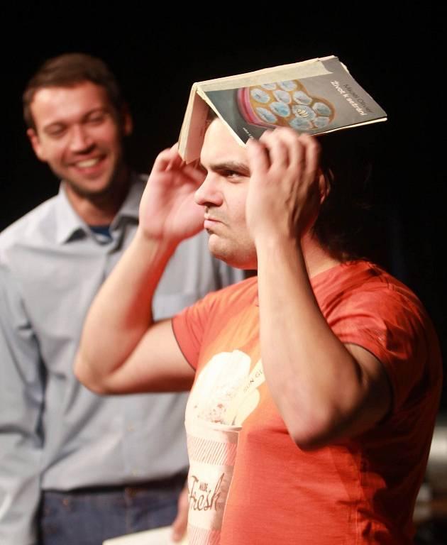 Projekt scénického čtení Listování oslavil 30. listopadu v Českých Budějovicích deset let. Na snímku Lukáš Hejlík a Alan Novotný.