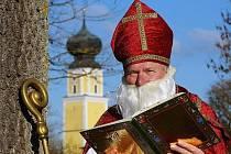 Mikulášem padesát let v kostýmu biskupa.