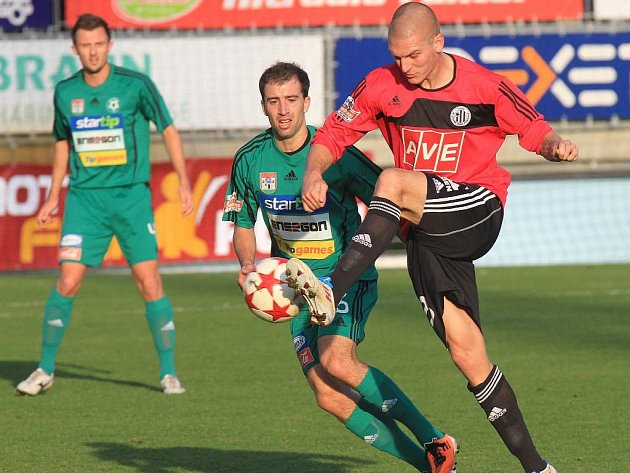 Zdeněk Ondrášek v zápase s Příbramí střílí třetí gól Dynama.