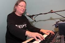 Roman Dragoun (* 8. dubna 1956) zpívá texty svého otce. Působil či působí v kapelách Progres 2, Futurum, Stromboli či T4, zpíval v muzikálech. Vydal řadu alb, naposledy loni Piano.