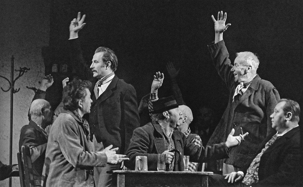 Z divadelního představení Vstanou noví bojovníci Národního divadla v roce 1971.