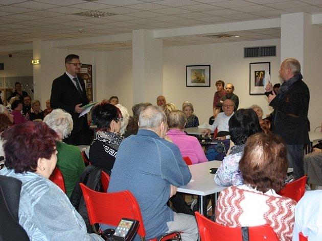 Zástupce nového vlastníka Miloš Červenka (stojící vlevo) se při setkání zajímal o to, co klienty Senior domu pálí.
