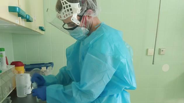 Dominik Král studuje na Zdravotně sociální fakultě JU 2. ročník oboru Všeobecná sestra. Nastoupil ve středu do jindřichohradecké nemocnice na JIP interního oddělení.