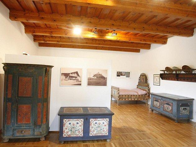 Jihočeské muzeum uspořádá 10. června muzejní noc v rožmberském duchu na tvrzi v Žumberku (na snímku). Slibuje módní přehlídku, kulináře Petra Stupku, historické tance i křest repliky starého rybářského člunu.