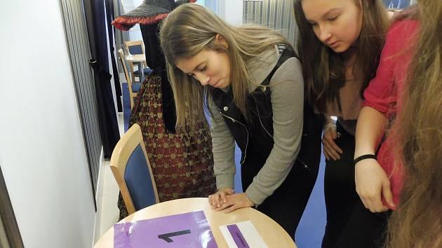 Vyrážíme! Studenti Gymnázia Česká se zúčastnili programu Ateliéru 3D. S plánky v rukou chodili po divadle a hráli bojovku. Pak je čekala prohlídka zákulisí.
