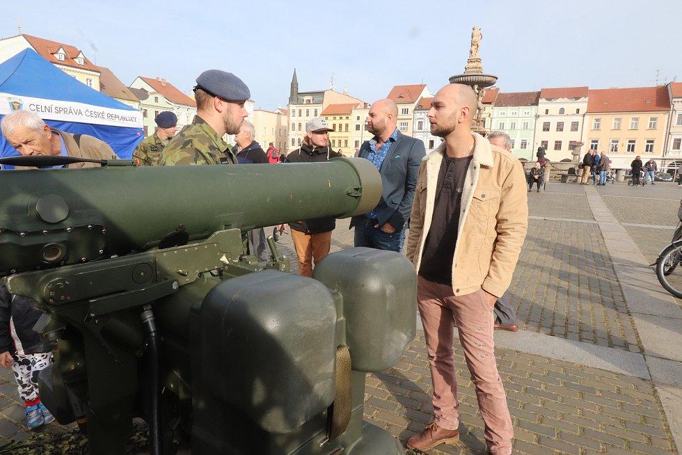 Armáda, policie a hasiči na českobudějovickém náměstí. To je připomínka vzniku samostatného československého státu.