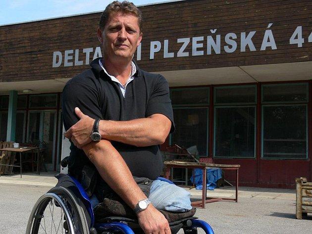 Zkušený reprezentant, paraplegik Josef Štiak. Když vyrazí na větší závody, jako je paralympiáda, musí si vzít v zaměstnání dovolenou.