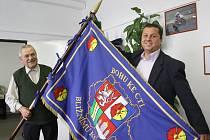 S praporem zapózovali Václav (na fotografii vlevo) i Jiří jsou oba hrdí nejen na své příjmení, které nesou po známém vojevůdci z Trocnova, ale i na to, že jsou dobrovolnými hasiči.