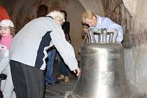 Při Noci kostelů se mohli lidé podívat i na nové zvony sv. Pavel a sv. Petr. Na snímku je Pavel.