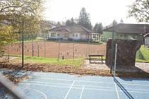 Na místě letního koupaliště s tobogánem vznikla sportoviště s dvěma tenisovými kurty a víceúčelovým hřištěm. Areál doplňuje také dětské hřiště.