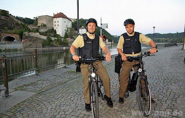 Pasovští policisté na elektrokolech.