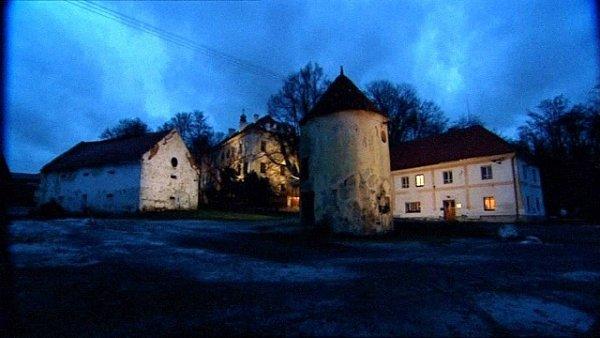 Noční záběr na němčický zámek sbudovami, vpravo sídlo komunity, vepředu stojí rotundovitá šatlava.