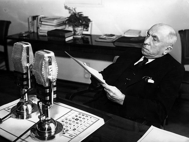 Prezident Emil Hácha při vánočním projevu do rozhlasu
