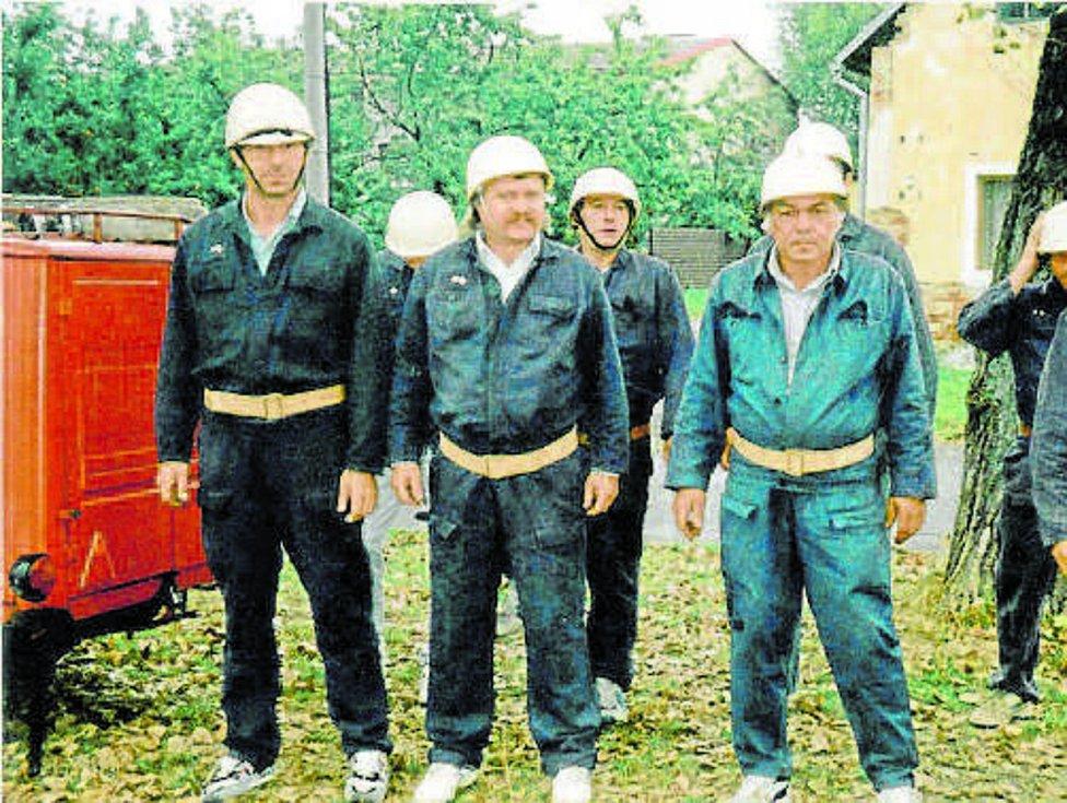 Ti zkušení. Starší družstvo nastoupené před startem útoku v soutěži Staří x Mladí v roce 1997.