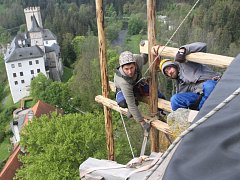 Věž Jakobínka v Rožmberku nad Vltavou se už skoro celá ztrácí za dřevěným lešením.