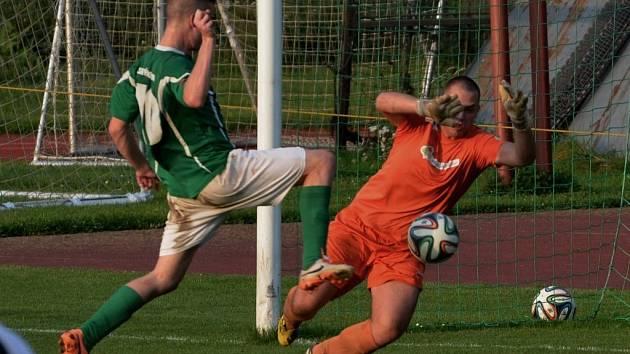 Jindřich Rosůlek v divizním derby Č. Krumlov - Čížová zvyšuje na zvyšuje na konečných 3:0.