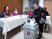 Zdeňka Lávičková přišla se čtyřletým synem Liborem volit do kulturního domu v Kvítkovicích na Budějovicku.