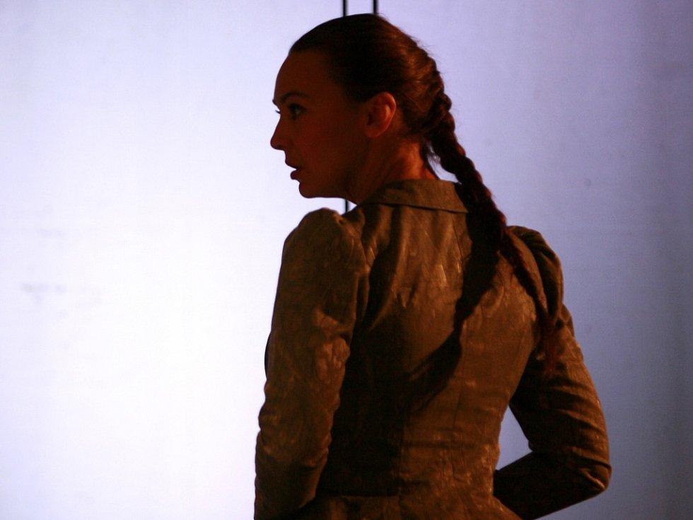 Herečka Lenka Krčková jako Františka v horské baladě Advent. Díky této roli se dostala do širších nominací na Cen Thálie. Jihočeské divadlo, 2013.
