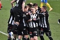 Fotbalisté Dynama po výhře s Teplicemi (na snímku radost z Čoličova gólu na 2:0) hrají v sobotu na hřišti Slovácka.