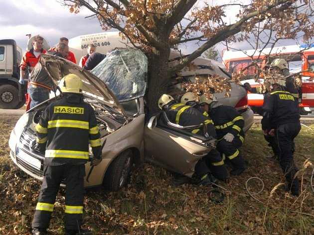 Pětačtyřicetiletá žena nepřežila dnes odpoledne nehodu u Plané u Českých Budějovic. Z neznámých příčin vyjela se svým vozem ze silnice, kde narazila do stromu.