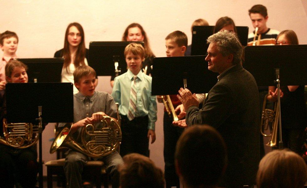 Tradiční koncert žáků hrajících na dechové nástroje pod vedení Miroslava Valenty v koncertním sále ZUŠ Piaristické náměstí.