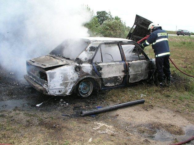 V Bošilci měli hasiči z Týna a Soběslavi nedávno práci s hořícím autovrakem.  Škoda nevznikla.