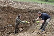 Marek Schlauch (vlevo) a David Kabourek umisťují výbušniny do vyhloubených jam v Boleticích.