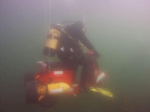 Ujel pod vodou 300metrů.