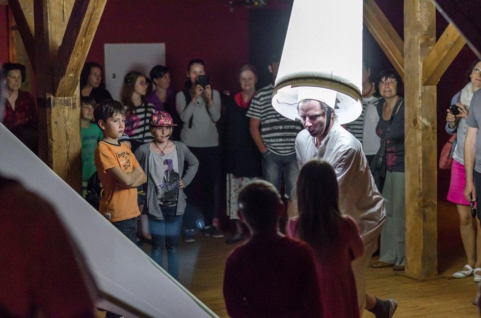 Kolekce asi 20 netradičních hudebních nástrojů zaplnila píseckou galerii Sladovna. V sále Nízké trámy začala v pondělí interaktivní výstava pro rodiny s dětmi nazvaná Snivci, mágové a motýli. Připravil ji tým autorů v čele Petrem Niklem (na snímku).