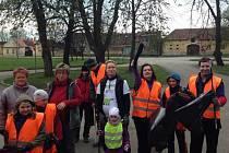 Do úklidu vesnice se v sobotu s vervou pustila dvacítka Mydlovarských v rámci akce Ukliďme Česko.
