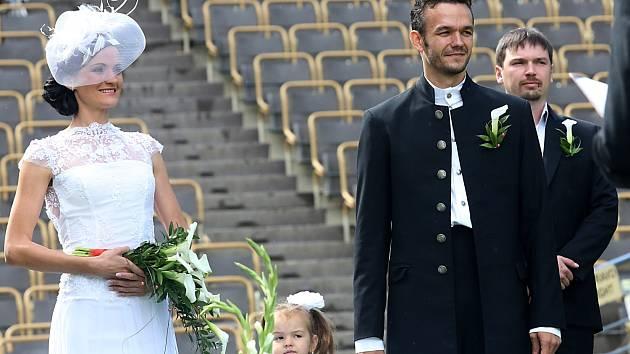 Členové baletu Jihočeského divadla měli svatbu na otáčivém hledišti v Krumlově