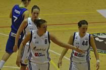 OPORY. Mezi nejzkušenější hráčky Strakonic patří zleva Zuzana Mračnová, Edita Šujanová a Dagmar Chlebovcová.