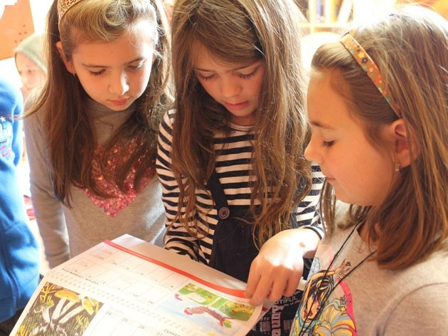 Kalendář si v Neznašově prohlédly děti ze školy.