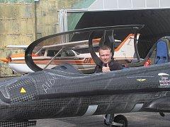 Prototyp ultralehkého sportovního letounu UL – 39 Albi , umožňující zažít pocit z letu proudového stroje, se v pondělí dopoledne představil na letišti v Plané u Českých Budějovic.